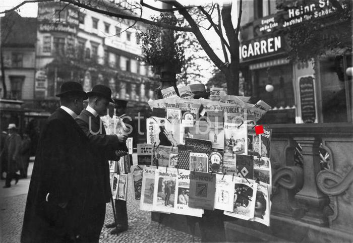 Berlin newspaper sale around 1913, media number 00193869